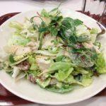 Salaattiravintolassa syömässä