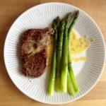 Entrecôte, béarnaise-kastiketta ja vihreää parsaa