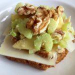 Gourmet-leipä vuohenjuustolla ja pähkinäisellä omena-sellerisalaatilla