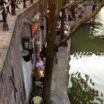 Hyvin piilotettu kellariravintola kanaalin varrella
