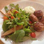 Lammaskoftat, minttuaioli ja pistaasi-päärynäsalaatti