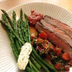 Punaviinimarinoitu flank steak ja marinoitu tomaattisalaatti
