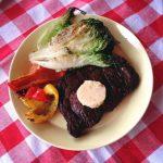 Grillin parhaat: mausteinen entrecote, sydänsalaatti ja suklaa-pähkinävoibanaanit