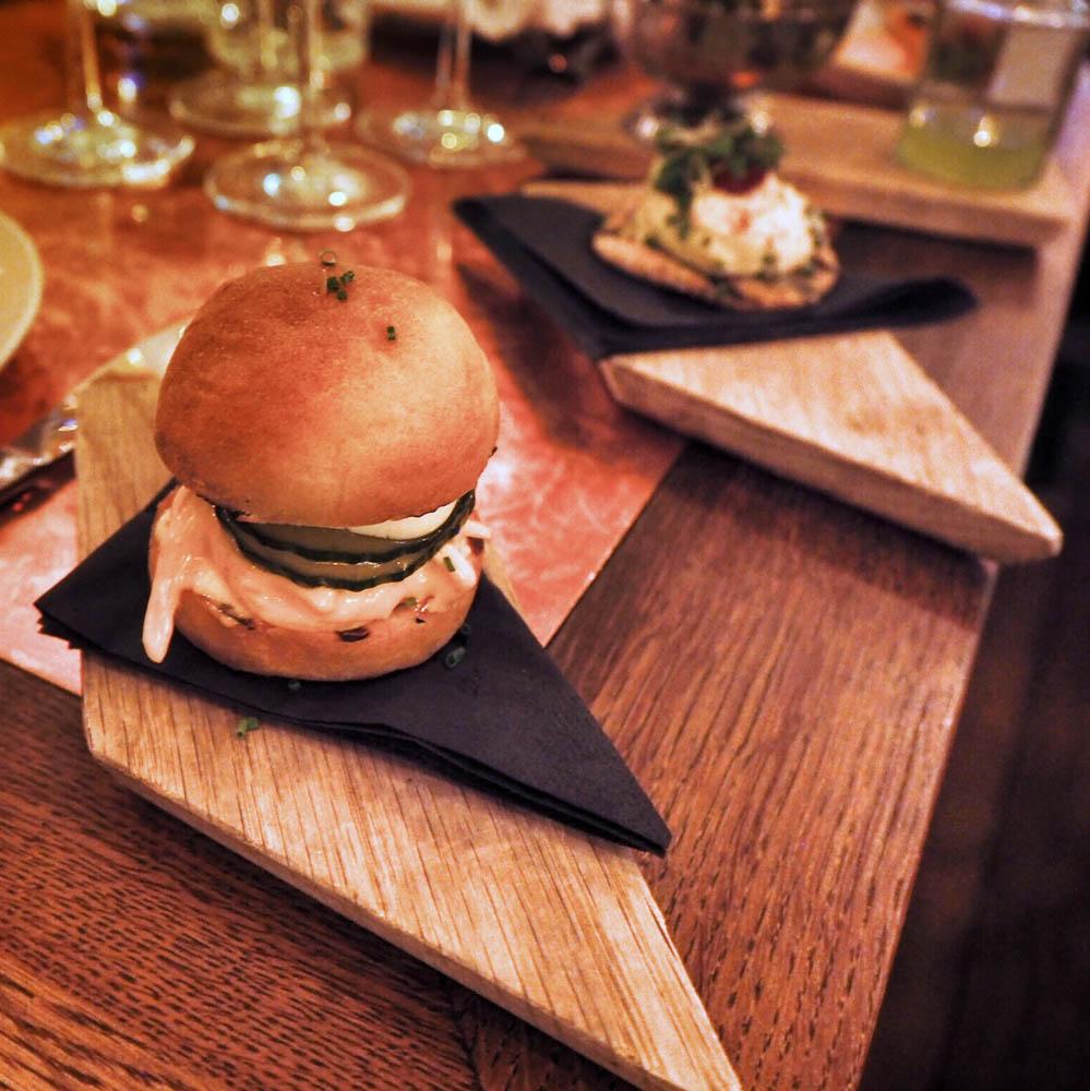 MINI LAMB BURGER & REMOULADE - grillattu minilammasburger, pehmeää ruskeavoibriossia, harissaremouladea