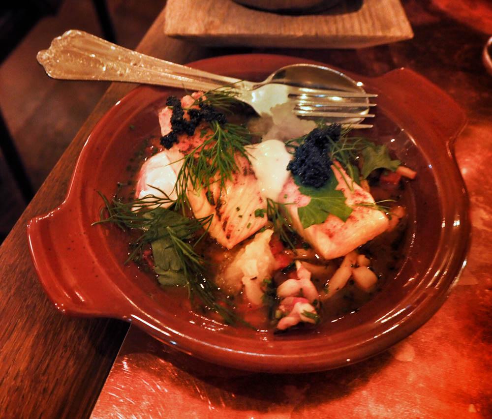 SOCIAL SEAFOOD `TAGINE´, paahdettua lohta, grillattua mustekalaa, liemi paahdetusta paprikasta ja tomaatista, sahramiaiolia, oliiviöljy-fenkolihilloketta