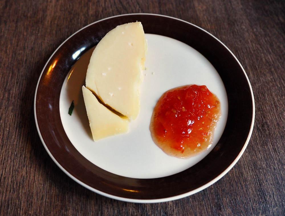Hooyst-juusto tomaattihillolla