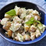 Kevyt perunasalaatti saa makua sipuleista