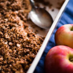 Omena-tattaricrumble on maukas versio perinteisestä murupaistoksesta