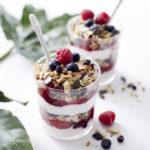 Paleogranola-kookosjogurtti kerrosjälkiruoka