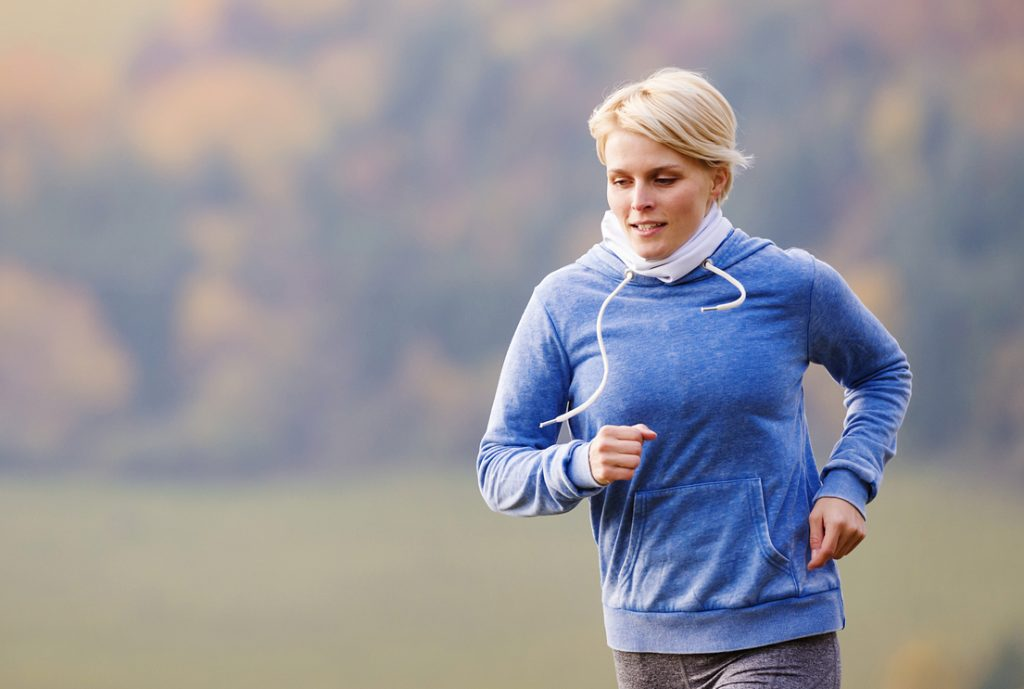 Nainen juoksee.