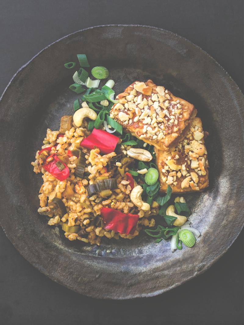 Cashewkuorrutettua tofua & kasviksia riisipedillä