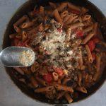 Yhden pannun vegepasta+ vegaaniparmesaani (VG)