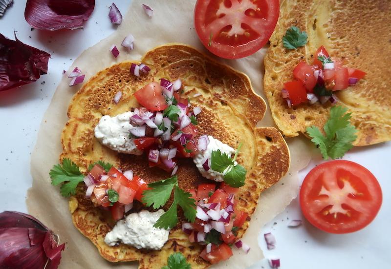 vegaaninen munakas tomaattisalsalla ja hummuksella