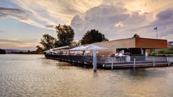 Pysähdyimme reitin varrella lounaalle Hafen ravintolaan, mistä on upea näkymä järvelle.