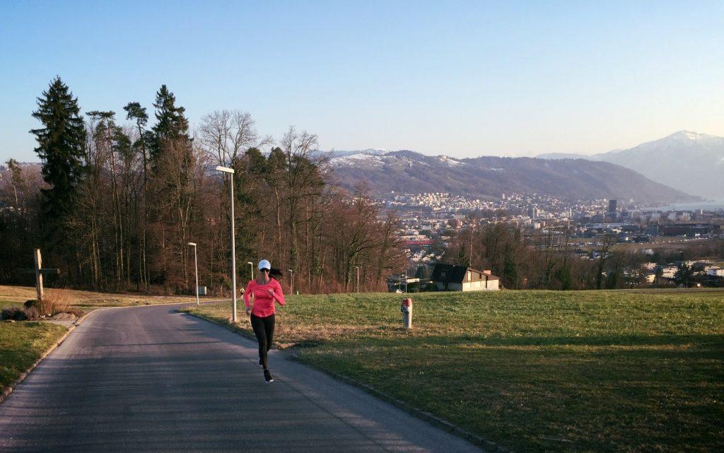 Minuuttivetoja (5x 3min kevyttä juoksua, 3 min reipasta juoksua, 3 min kävelyä) Sykkeet: Kevyt juoksu alle 140, reipas juoksu 140-160, kävelyn aikana syke laskee alle 120.
