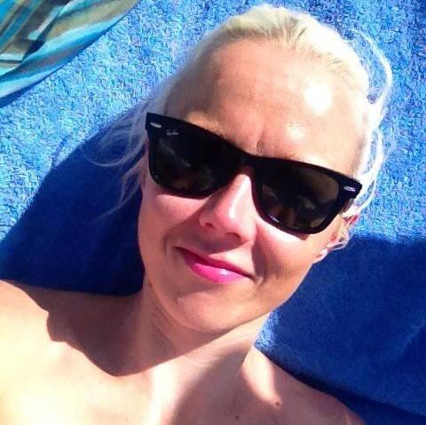 Kirjoittaja ja aurinkosuoja. Paras suoja silmänympäryksille on tietenkin aurinkolasit.