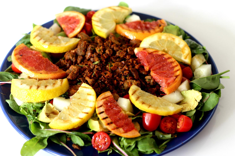 Mausteet lämmittävät ruokaisassa Härkis-sitrussalaatissa