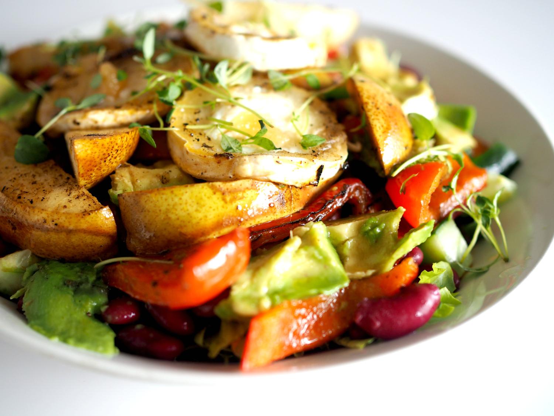 Syksyinen lämmin salaatti päärynöillä ja vuohenjuustolla