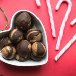Jouluherkku: Maapähkinävoi-suklaa raakapallot